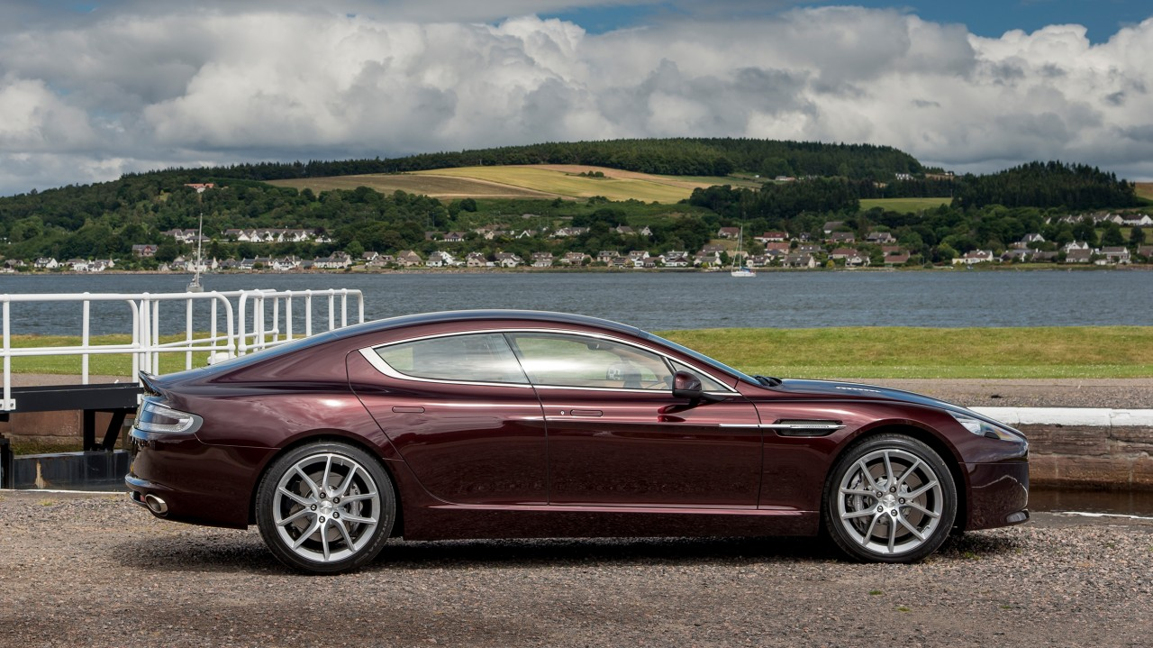 Aston Martin Rapid S in Divien Red (Modelljahr 2015)